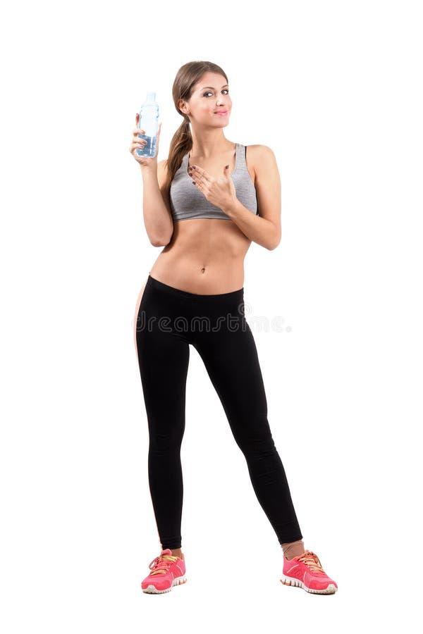 Herrliche junge sportliche Frau, die Flasche Wasser hält stockbilder