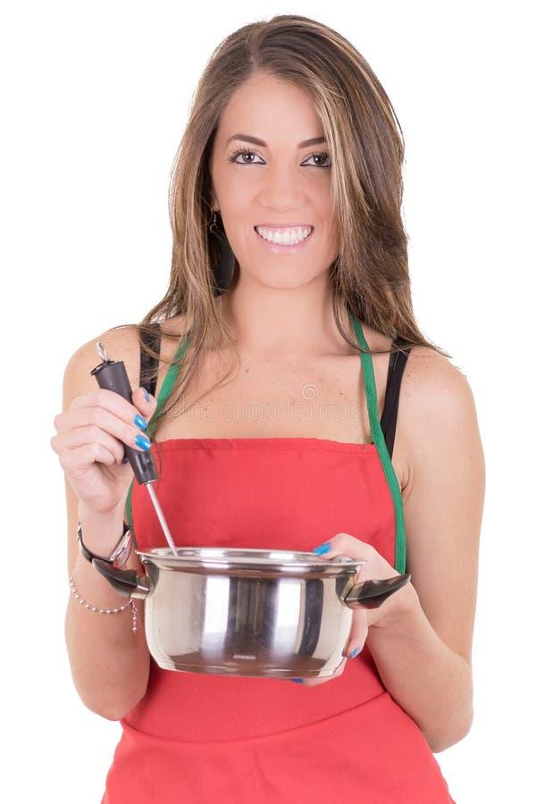 Herrliche kochende Frau im Schutzblech stockfoto