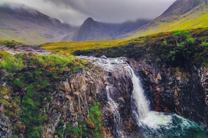 Herrliche Landschaftsansicht von Cuillin-Hügeln mit Flussstrom und Wasserfall, Schottland lizenzfreies stockfoto