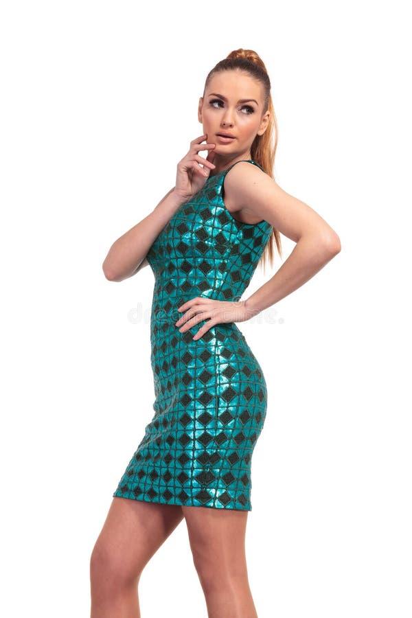 Herrliche Modefrau, die ihre Hand nahe ihrem Kinn hält lizenzfreie stockfotografie