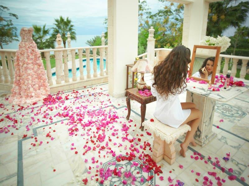 Herrliche, reizende Braut, Modell, das zum Hochzeitstag sich vorbereitet stockfotografie