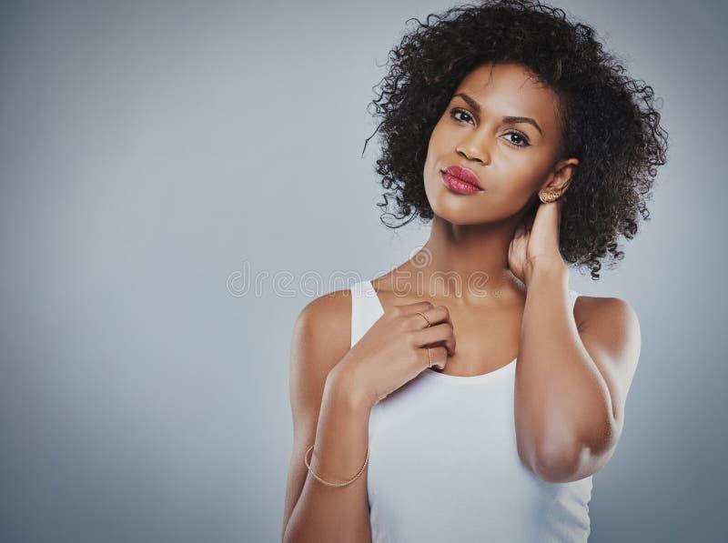 Herrliche schwarze Frau mit Kopienraum lizenzfreies stockfoto