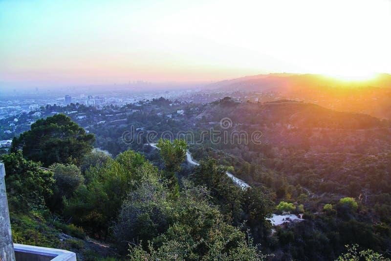 Herrliche Skylinesonnenuntergangansicht von Los Angeles auf buntem Himmelhintergrund Sch?ne Hintergr?nde lizenzfreies stockbild