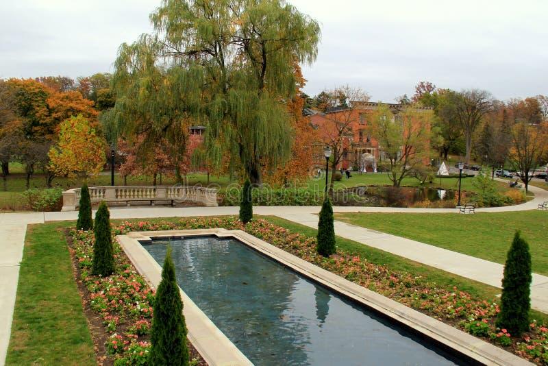 Download Herrliche Szene Unterlassungskongress-Park Im Fall, Saratoga Springs, New York, 12866 Redaktionelles Stockfoto - Bild von frühlinge, brunnen: 106800188