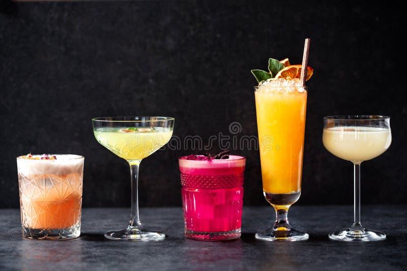 Herrliche verschieden farbige Erfrischungscocktailgetränke stockfotografie