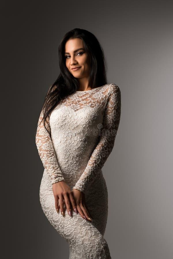 Herrlicher Brunette in geerntetem Porträt der Spitzes Kleid lizenzfreies stockfoto
