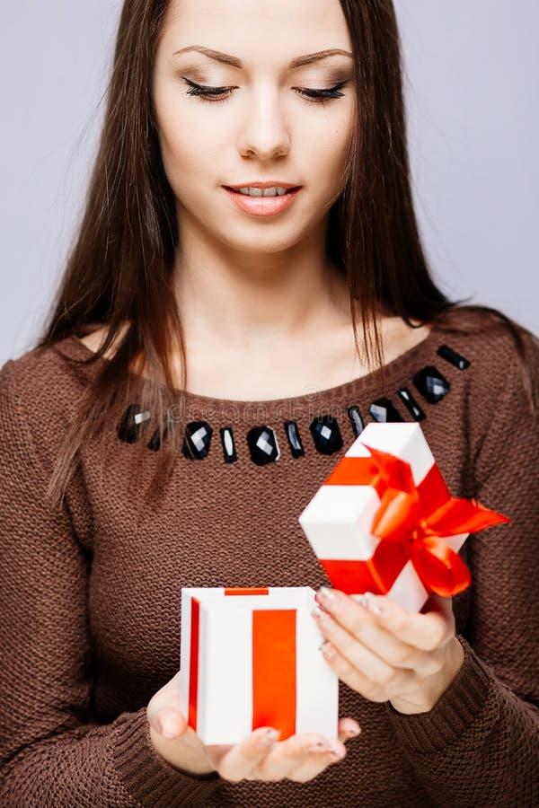 Herrlicher Brunette mit Geschenk stockbild
