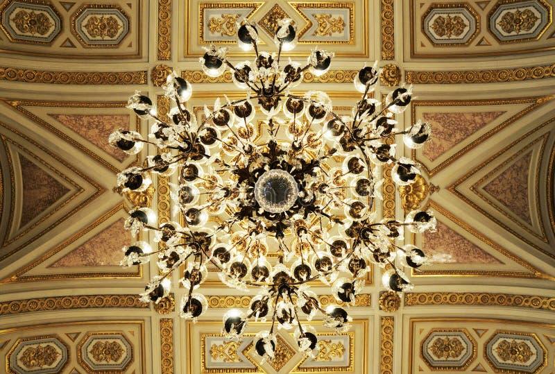 Herrlicher Decke Leuchter im königlichen Palast lizenzfreie stockbilder