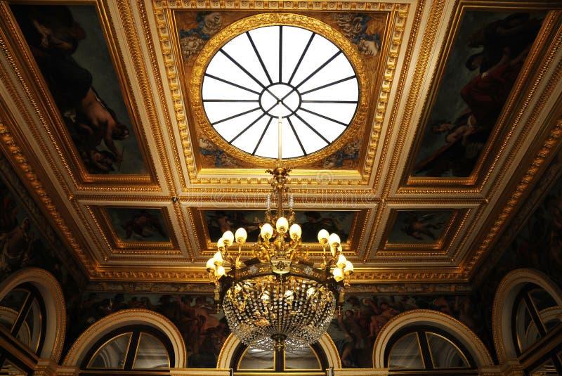 Herrlicher Decke Leuchter im königlichen Palast lizenzfreie stockfotografie