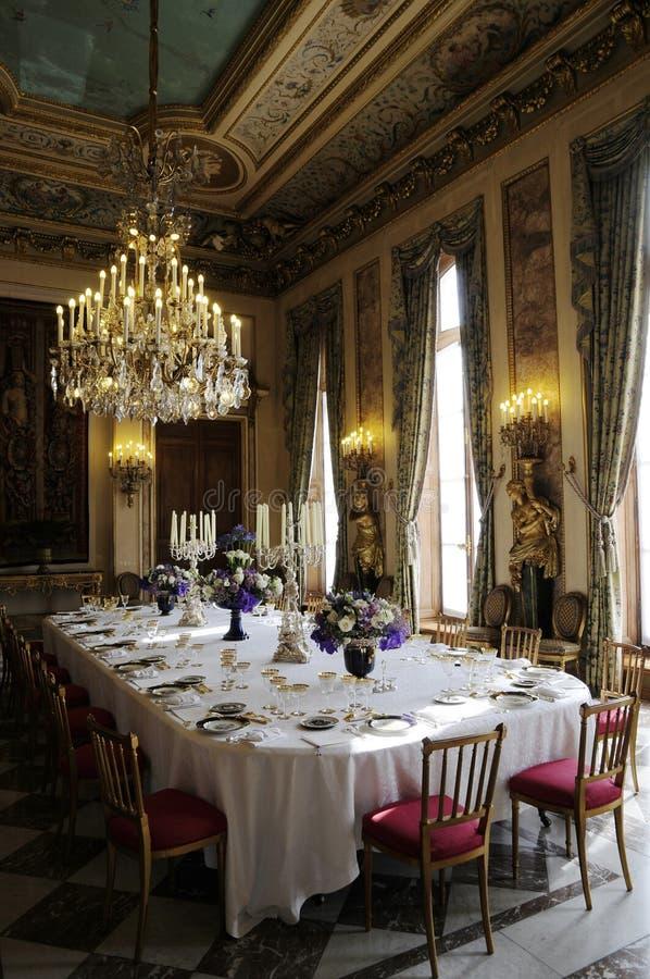 Herrlicher dinning Raum mit Luxuxdekoration stockbilder