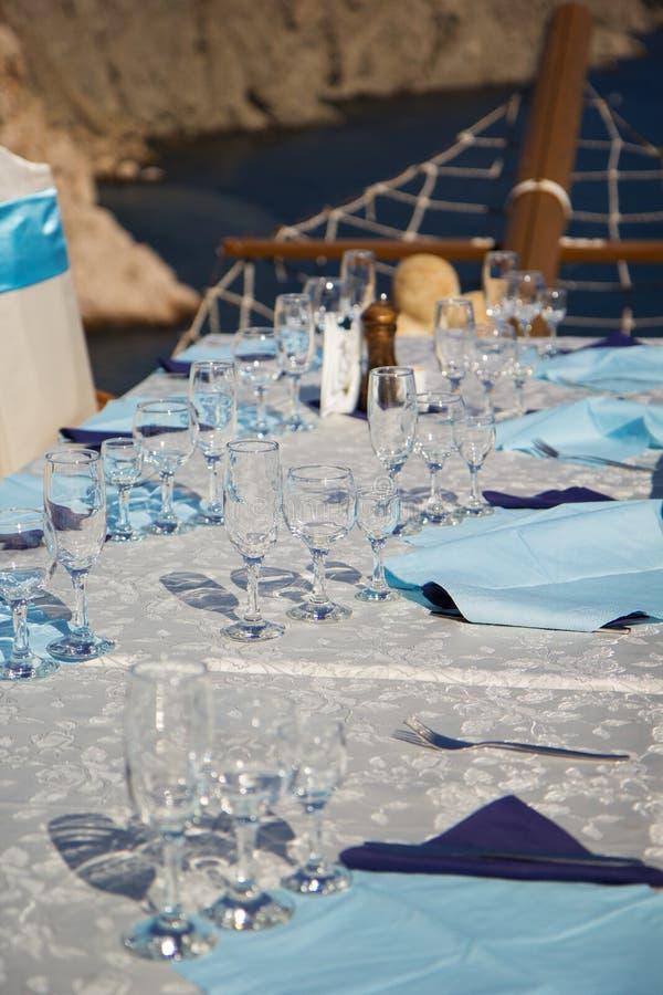 Herrlicher Hochzeitsstuhl und -tabelle lizenzfreie stockfotos