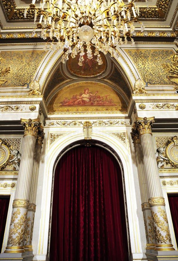 Herrlicher königlicher Palast mit Luxuxleuchter stockbilder