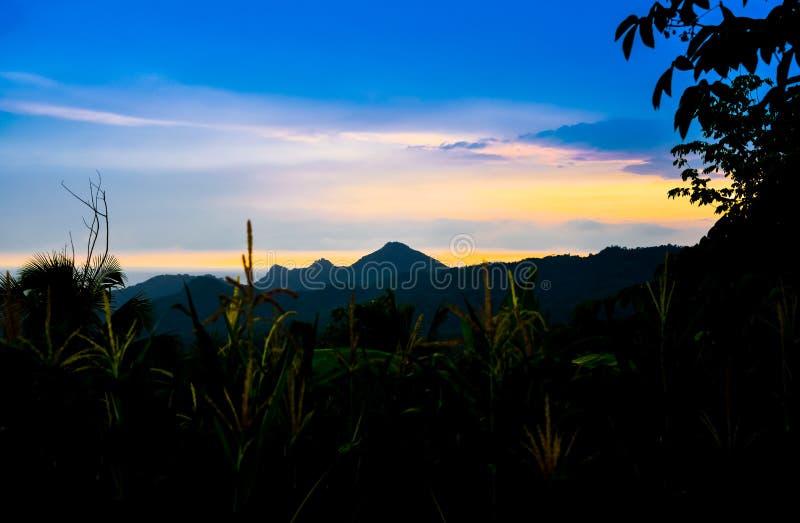 Herrlicher romantischer Sonnenuntergang am pazifischen indischen Strand lizenzfreies stockbild