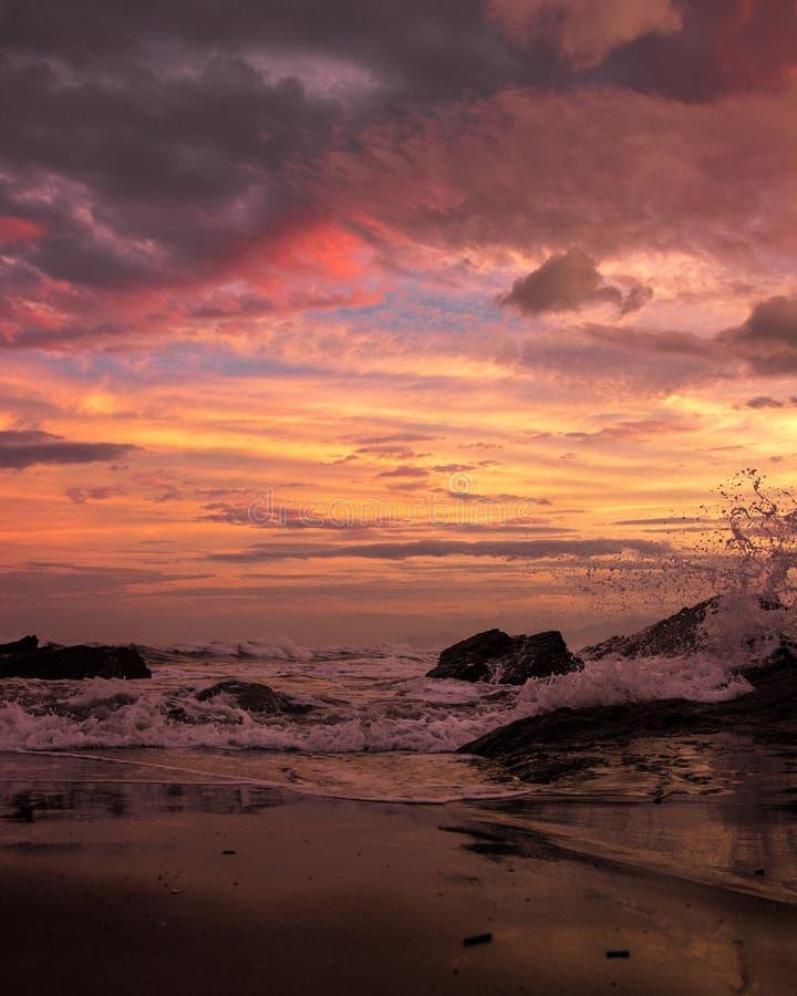 Herrlicher Sonnenuntergang als Welle stößt herein zusammen lizenzfreies stockbild