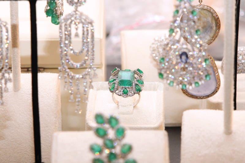 Herrlicher teurer Ring mit Smaragden und Diamanten lizenzfreie stockbilder