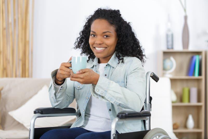Herrlicher trinkender Kaffee der jungen Frau lizenzfreies stockbild