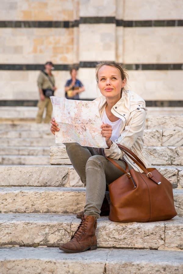 Herrlicher weiblicher Tourist mit einer Karte lizenzfreies stockbild