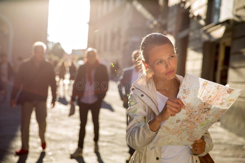Herrlicher weiblicher Tourist mit einer Karte stockfotografie