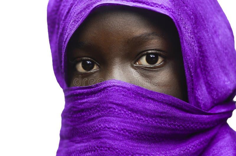 Herrliches afrikanisches Mädchen versteckt von Violet Head Scarf Outdoors Isolated auf Weiß stockbild