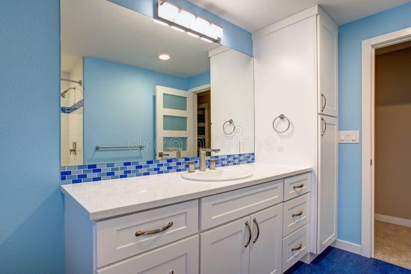 Herrliches Badezimmer mit blauen Wänden stockfotografie