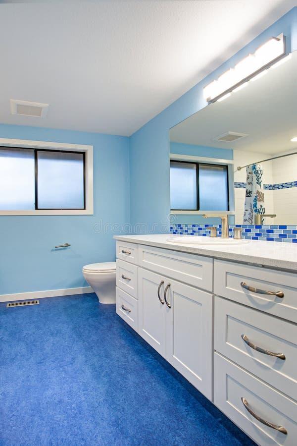 Herrliches Badezimmer mit blauen Wänden stockbild