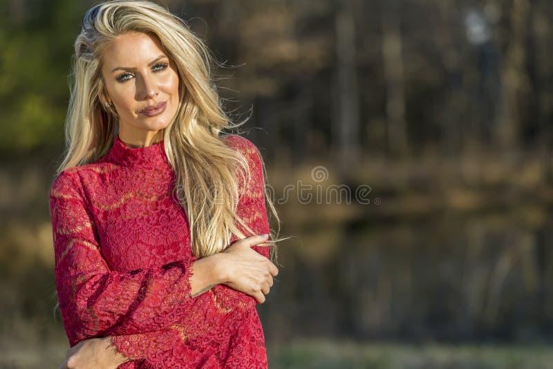 Herrliches blondes vorbildliches Posing Outdoors stockfoto