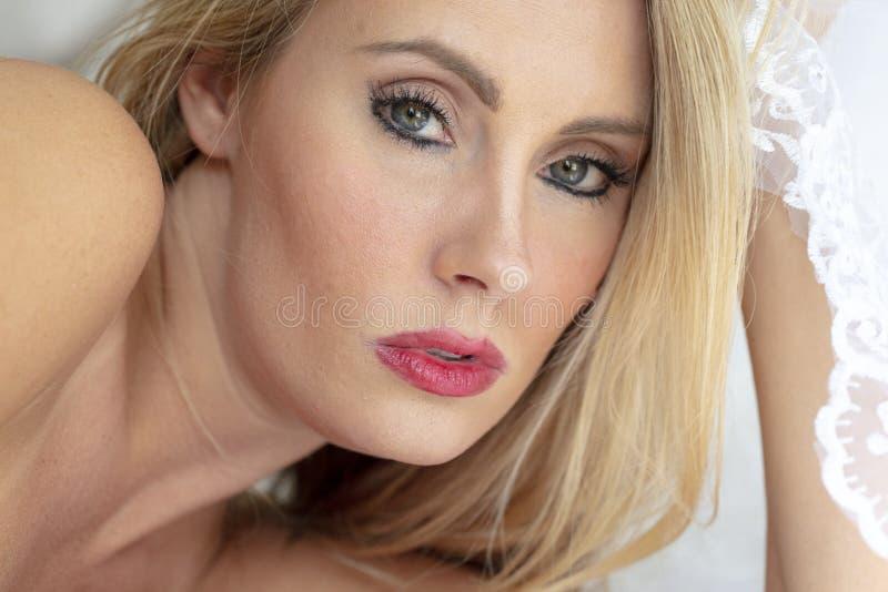 Herrliches blondes Wäsche-Modell At Home Before ihr großer Tag stockbilder