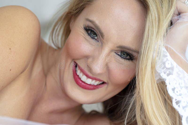 Herrliches blondes Wäsche-Modell At Home Before ihr großer Tag lizenzfreie stockfotografie