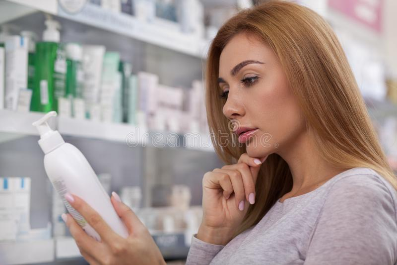 Herrliches Fraueneinkaufen am Drugstore lizenzfreies stockfoto