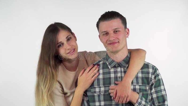 Herrliches junges liebevolles Paarumarmen, einander mit Liebe betrachtend lizenzfreie stockfotografie