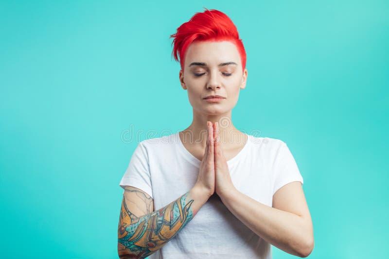 Herrliches Mädchenhändchenhalten zusammen und Yoga tuend lizenzfreies stockbild