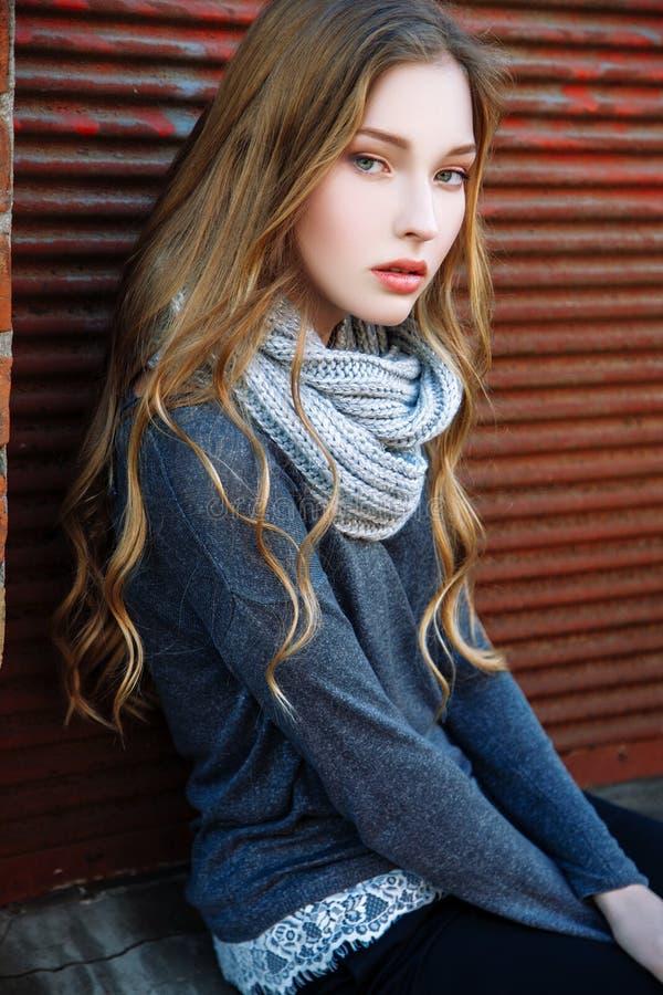 Herrliches modernes junges blondes Mädchenstraßenporträt lizenzfreie stockfotografie