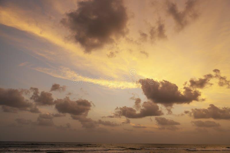 Herrliches Rosa und purpurrote Dämmerung Der Indische Ozean lizenzfreie stockfotografie