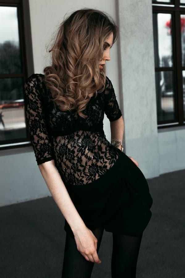 Herrliches vorbildliches Mädchen in einem Spitzenbody, draußen aufwerfend Schwarzweiss-Modefoto stockfotos