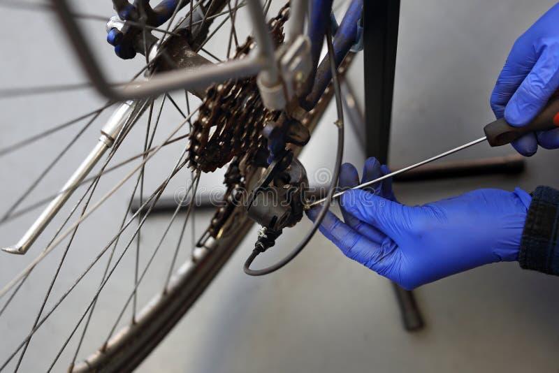 Herstel derailleur in de fiets stock afbeelding