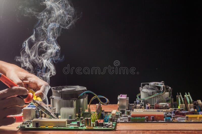 herstel een soldeerbout is een werktuig in het solderen wordt gebruikt die Het levert hitte om soldeersel te smelten stock foto