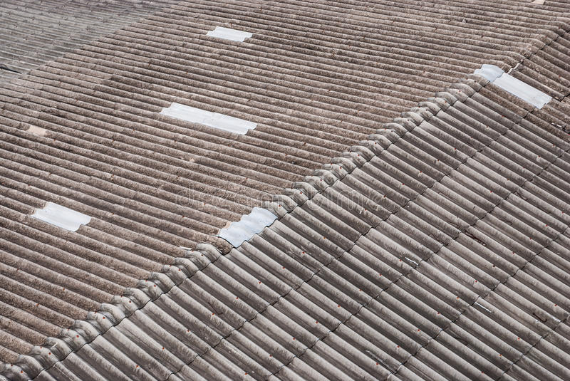 Hersteld Gray Dirty Wavy Cement Roof stock foto