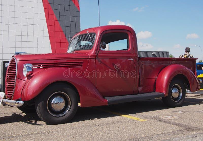 Herstelde Antieke Rode Vrachtwagen royalty-vrije stock afbeeldingen