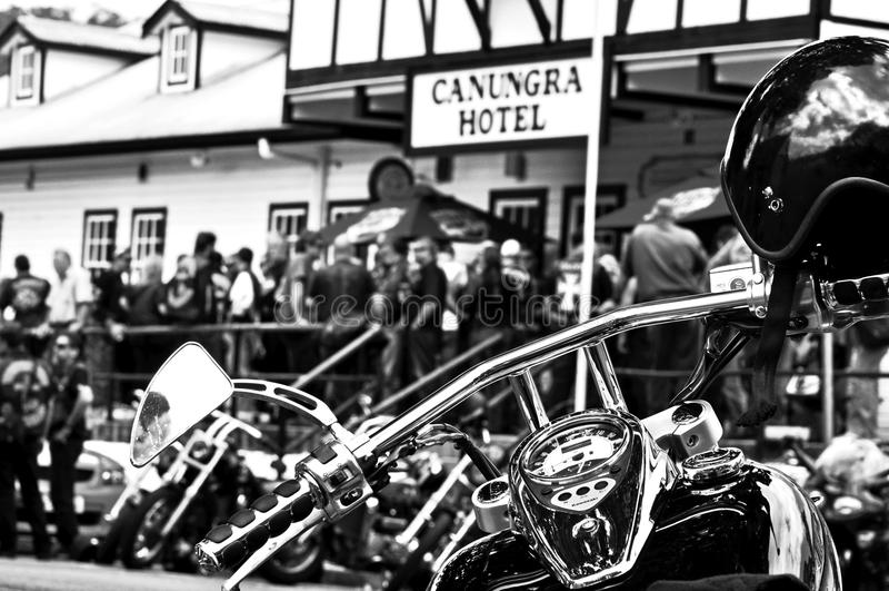 Herstelde fietsers die bij Canungra-Hotel, Australië na laatste wettelijke fietslooppas samenkomen royalty-vrije stock afbeeldingen