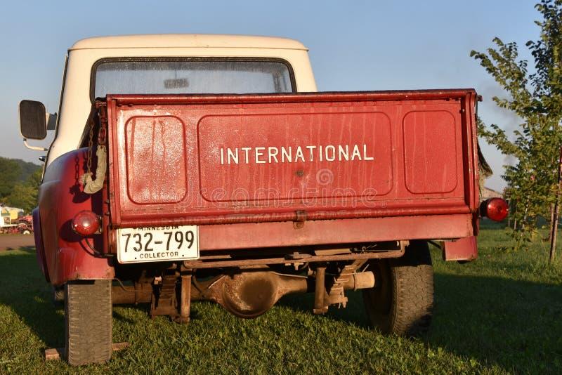 Herstelde Internationale rode en witte bestelwagen royalty-vrije stock foto's
