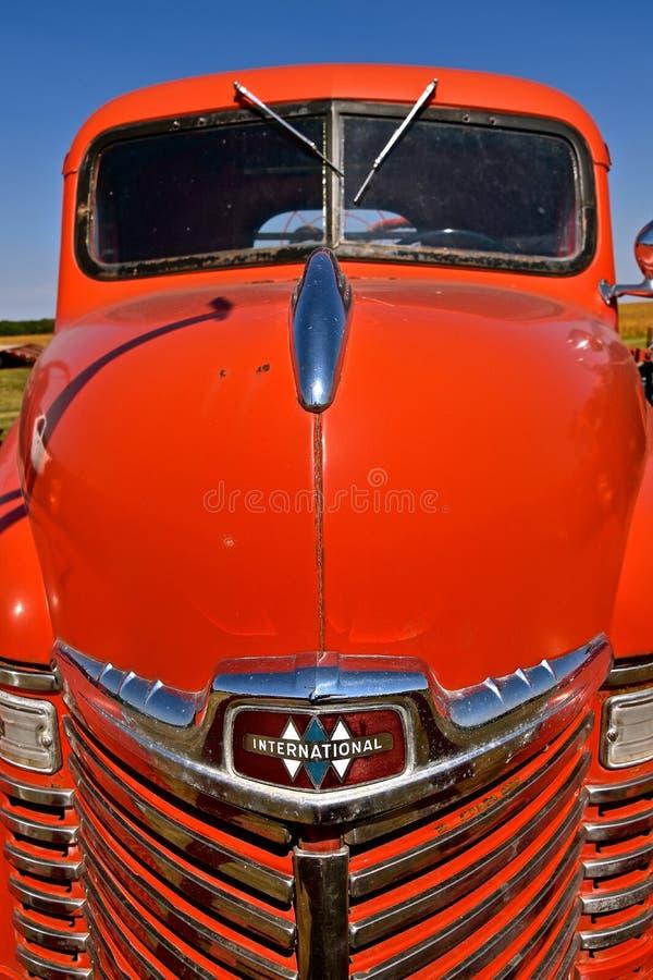 Herstelde rode Internationale bestelwagen royalty-vrije stock afbeeldingen