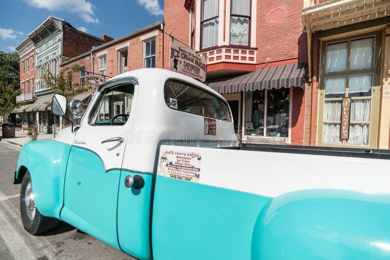 Herstelde Studebaker-vrachtwagen in Main Street Hannibal Missouri de V.S. stock afbeelding