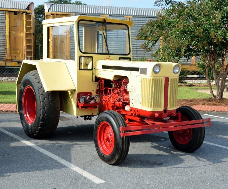 Herstelde uitstekende tractor royalty-vrije stock afbeelding