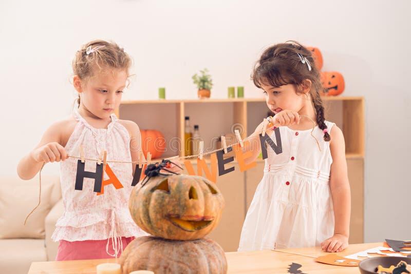 Herstellen von Halloween-Dekorationen lizenzfreies stockfoto