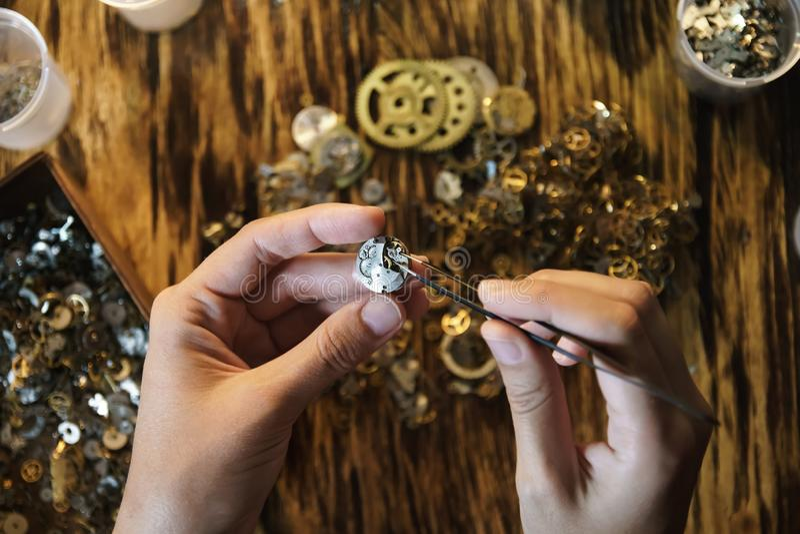 Herstellend uitstekende horloges schiet dicht omhoog royalty-vrije stock afbeeldingen