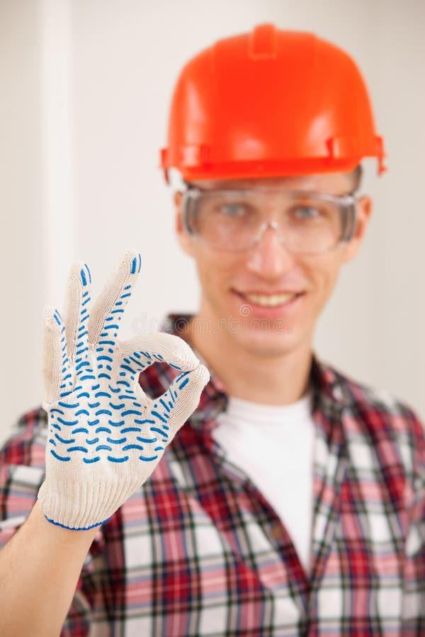 Hersteller die een perfect gebaar met zijn gloved hand maken stock fotografie