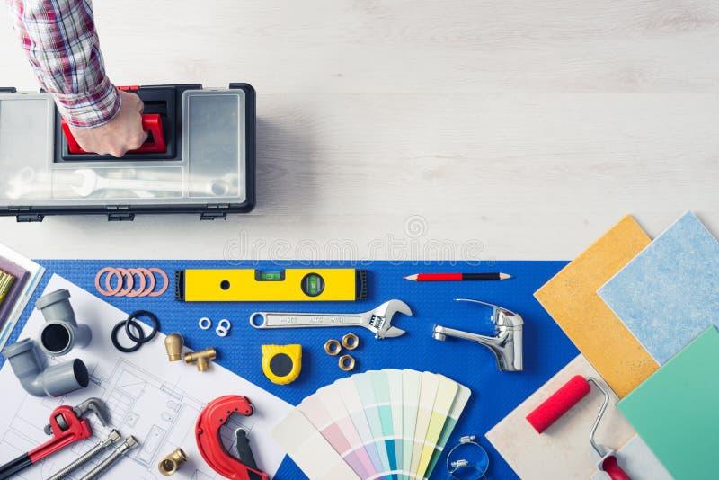 Hersteller met toolbox de huisdienst royalty-vrije stock afbeeldingen