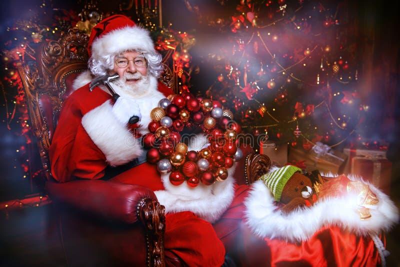 Herstellung der Girlande für Weihnachten stockfotografie