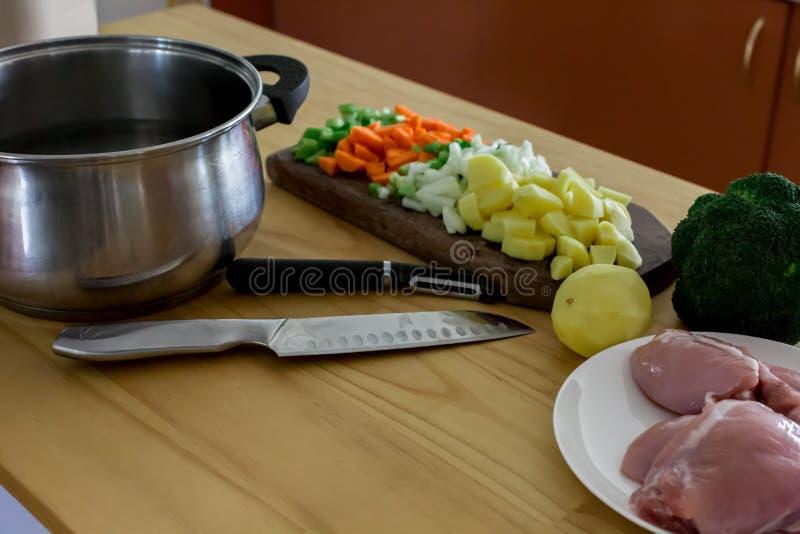 Herstellung der Huhn- und Gemüsesuppe lizenzfreie stockfotos