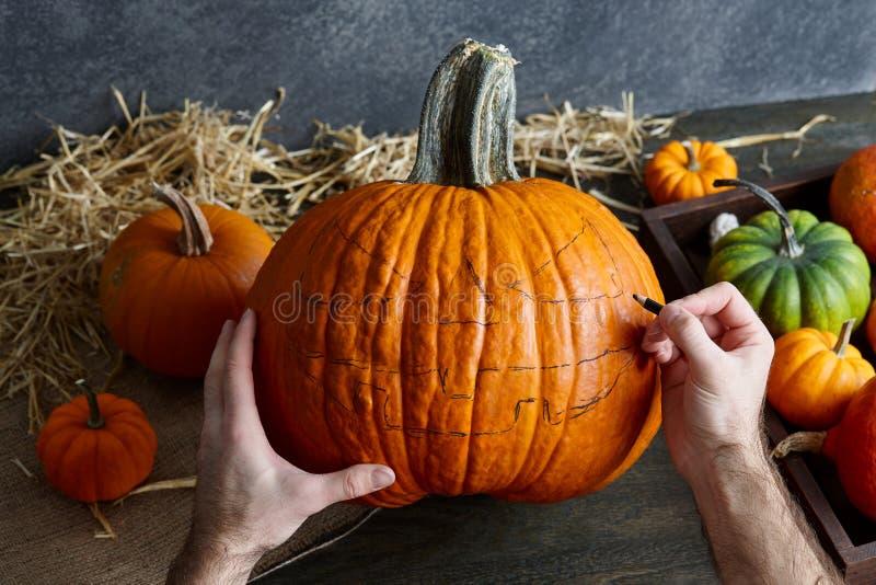 Herstellung der Kürbissteckfassung-olaterne für Halloween-Feiertag lizenzfreie stockfotografie